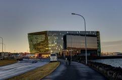 Harpa Concert Hall à Reykjavik Islande pendant le coucher du soleil photo libre de droits