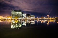Harpa Concert Hall Building en Reykjavik, Islandia con el puerto del barco Foto de archivo