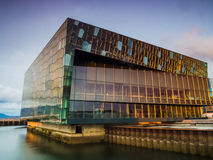 Harpa Concert Hall en Reykjavik en la puesta del sol Foto de archivo libre de regalías