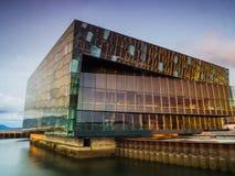 Harpa Concert Hall in Reykjavik bij zonsondergang Royalty-vrije Stock Foto