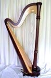 Harpa grande do pedal do concerto contra as cortinas brancas Foto de Stock Royalty Free
