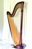 Harpa grande do pedal do concerto contra as cortinas brancas Fotografia de Stock Royalty Free