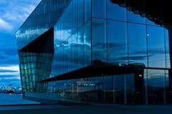 Harpa konserthall i den Reykjavik hamnen på den blåa timmen Arkivfoto