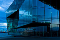 Harpa-Konzertsaal in Reykjavik-Hafen an der blauen Stunde Stockfoto