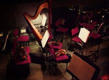 Harpa och fioler i orkester- grop arkivfoto