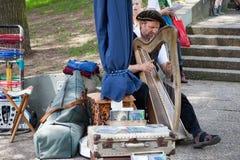 Harpa que joga o músico da rua em Kassel fotos de stock royalty free