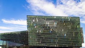 Harpaconcertzaal en operahuis in Reykjavik, IJsland, kleurrijke geometrische glasvoorgevel Stock Foto's