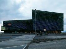Harpaen, musikkorridor i Reykjavik, är glimma och en vibrerande skulptur royaltyfria bilder