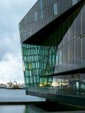 Harpaen, musikkorridor i Reykjavik, är glimma och en vibrerande skulptur arkivfoton