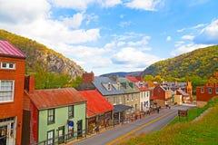 Harpers setzen historische Stadt im Herbst und im Blau Ridge Mountains über Lizenzfreies Stockfoto