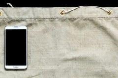 Harpillera con la trayectoria de recortes negra en el teléfono móvil para calificar fotos de archivo