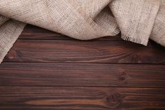 Harpillera natural en fondo de madera marrón Lona en la tabla de madera marrón imagen de archivo libre de regalías