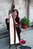 Harpist de jeune femme au festival de Filetto, Italie Photos stock