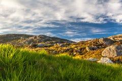 Harris Rocky Landscape på skymning Västra öar, Skottland arkivbild