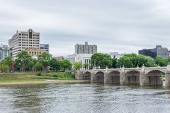 Harrisburg Pennsylvania från stadsön över susquehannaen arkivfoto