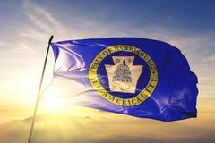 Harrisburg-Stadthauptstadt von Pennsylvania des Flaggentextilstoffgewebes Vereinigter Staaten, das auf den Spitzensonnenaufgangne stockfotografie