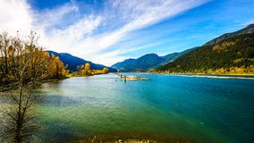 Harrison River chez Harrison Mills comme il traverse Fraser Valley Images stock