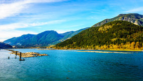 Harrison River chez Harrison Mills comme il traverse Fraser Valley Photographie stock libre de droits