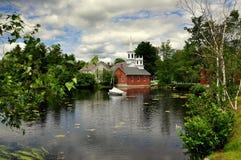 Harrisville, NH :在Harrisville池塘的看法村庄的 免版税库存图片