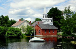Harrisville, NH :在Harrisville池塘的看法村庄的 库存照片