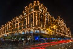 Harrods商店在伦敦,有圣诞节装饰的英国 图库摄影