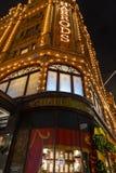 Harrods夜视图在Brompton路的 免版税图库摄影