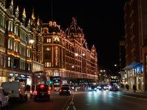Harrods百货大楼的看法在Brompton路的在骑士桥,伦敦在晚上 免版税库存图片