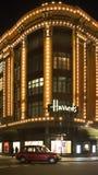 Harrods百货商店。在它前面的出租汽车通行证 库存照片
