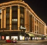 Harrods百货商店。在buildin前面的法拉利通行证 库存图片