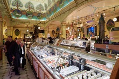 Harrods百货商店内部,食物区域在伦敦 免版税库存图片