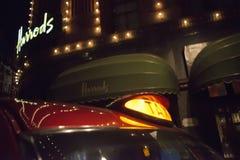 Harrods百货商店和出租汽车 免版税库存照片
