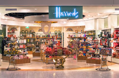 Harrods lager på London Heathrow den internationella flygplatsen Arkivbild
