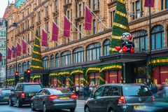 Harrods-Speicherfassade verziert für Weihnachten, London Großbritannien Lizenzfreies Stockbild