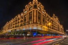 Harrodsopslag in Londen, het UK met Kerstmisdecoratie Stock Fotografie