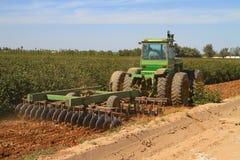 Harrowing katoenen gebieden in Arizona Stock Afbeelding