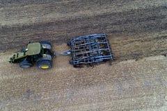 Harrowing tractor het gebied royalty-vrije stock foto's