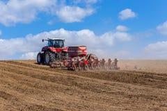 Harrowing tractor het gebied royalty-vrije stock afbeeldingen
