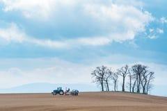 Harrowing tractor het gebied stock afbeeldingen