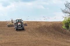 Harrowing tractor het gebied royalty-vrije stock afbeelding