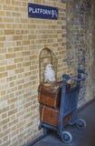 Harry Potter Platform an Bahnstation König-Cross in London Stockbilder