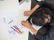 Hart arbeitend Frau so versucht stockbild