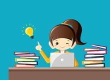Hart arbeitend Geschäftsfrau erhält eine Idee mit Glühlampe am Schreibtisch mit vieler Arbeit Die goldene Taste oder Erreichen fü lizenzfreie abbildung