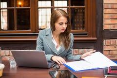 Hart arbeitend Geschäftsfrau im Restaurant mit Laptop. stockbilder
