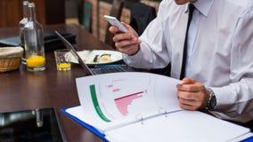 Hart arbeitend Geschäftsmann im Restaurant. lizenzfreies stockfoto