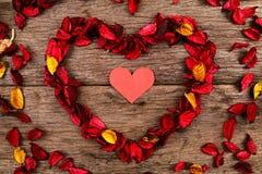 Hart in centrum van rood welriekend mengsel van gedroogde bloemen en kruidenhart - Reeks 4 Royalty-vrije Stock Afbeeldingen