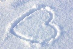 Hart dat in de sneeuw wordt ondertekend stock afbeelding