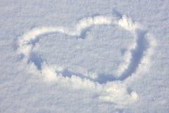 Hart dat in de sneeuw wordt ondertekend stock afbeeldingen