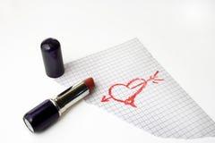 Hart dat door lippenstift op een document wordt getrokken Stock Afbeeldingen
