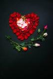 Hart dat door roze bloemblaadjes wordt gemaakt Stock Fotografie
