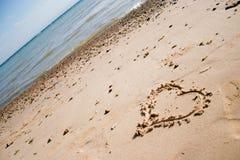 Hart dat in het zand wordt gekrast Stock Afbeeldingen